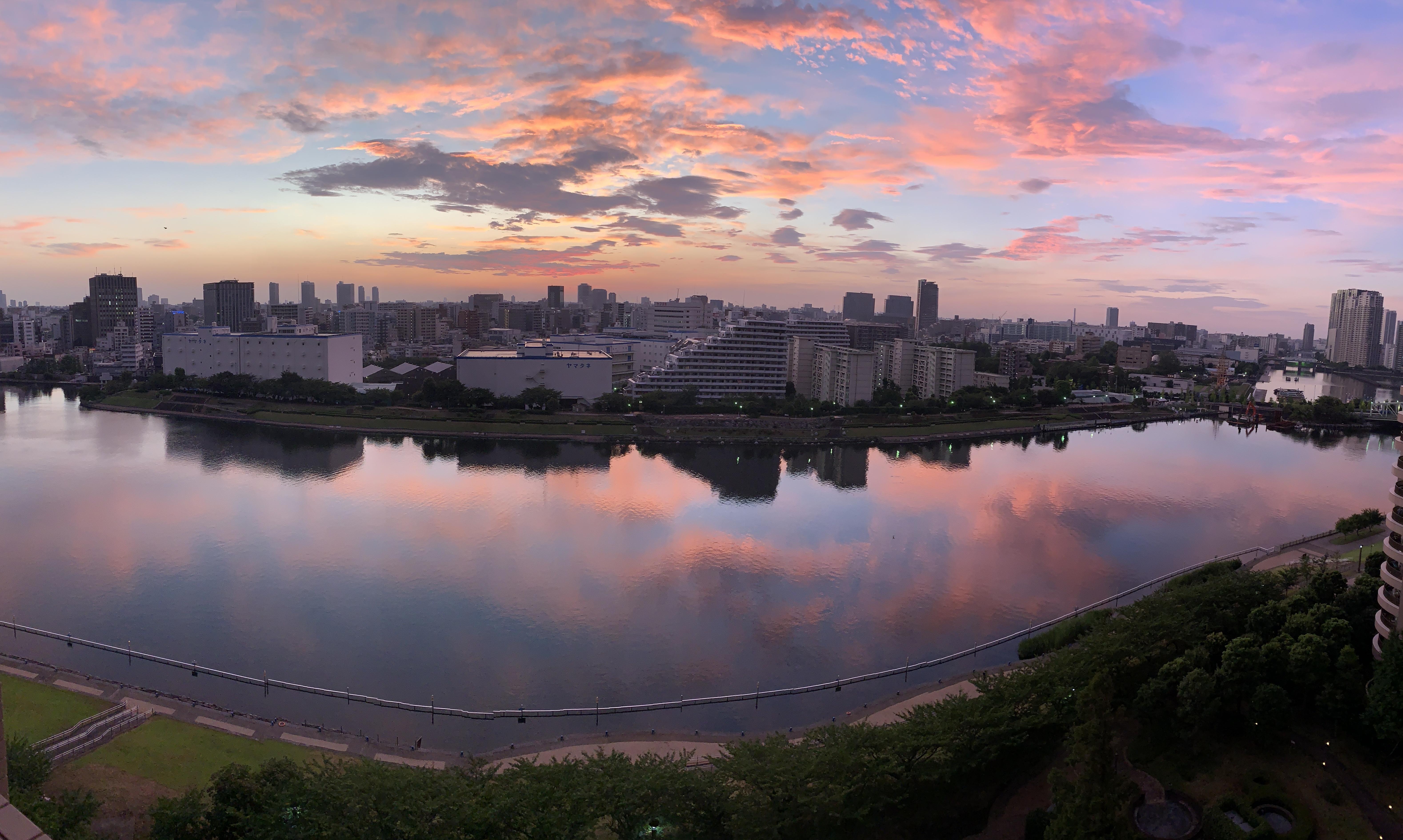 空も川も可愛いピンク「素晴らしい」