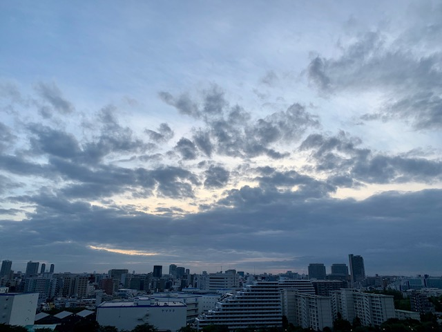 肌寒い朝・空も秋色「何もしない優しさ」