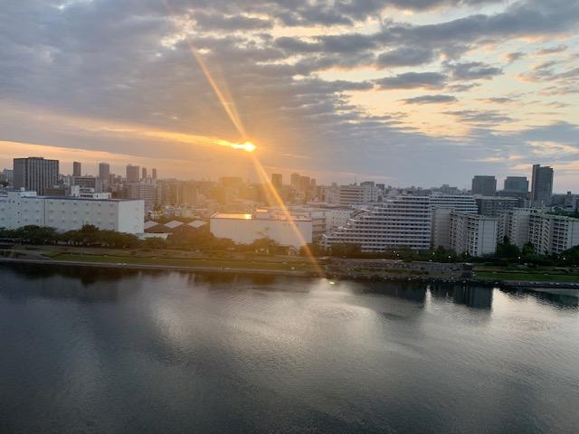 雲の間から明るい朝陽「時間を大切に」
